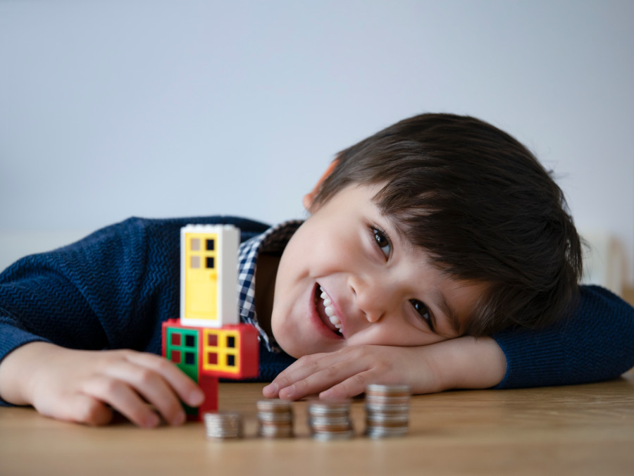 nauka liczenia na pieniądzach dziecko układa monety