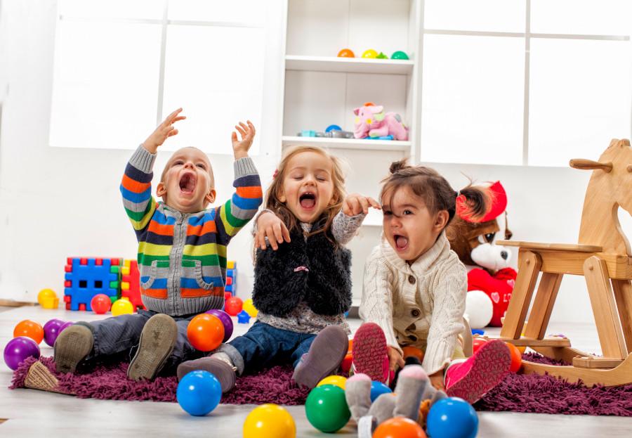 dzieci bawiąsię same wykonują zadania