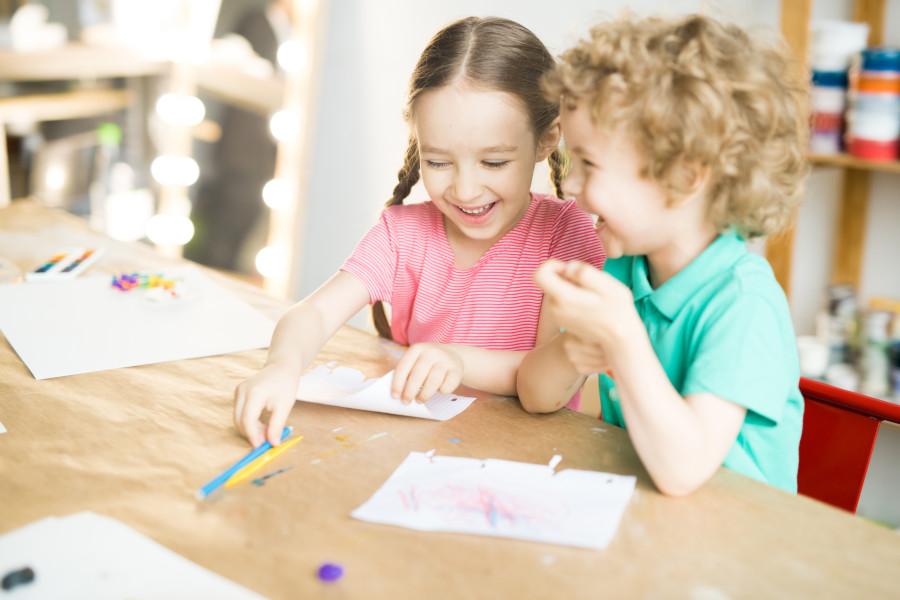 dzieci razem rysują i śmieją się