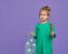 nauka segregacji śmieci dziewczyna trzyma worek z butelkami