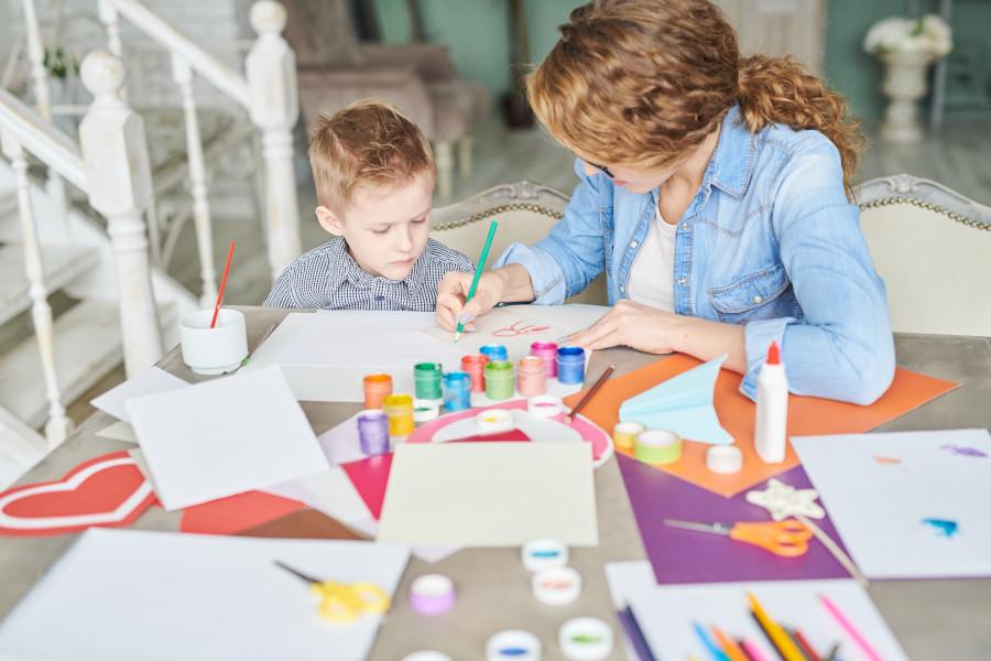 mama i syn malują razem