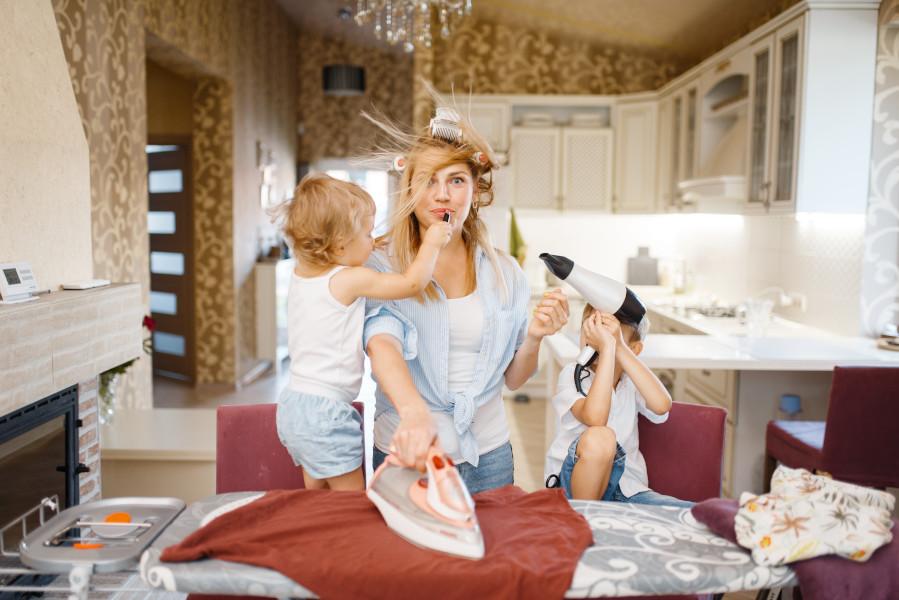 sprzątanie z dzieckiem dzieci przeszkadzają mamie