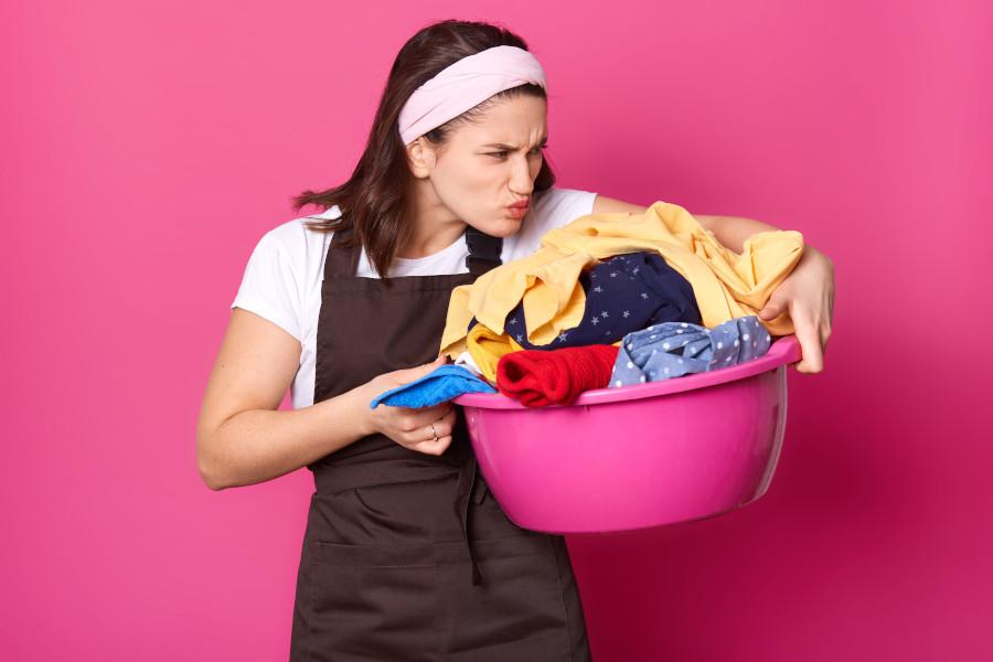 mama trzyma miskęz praniem