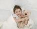 chora dziewczyna pod kocem - zabawy z chorym dzieckiem