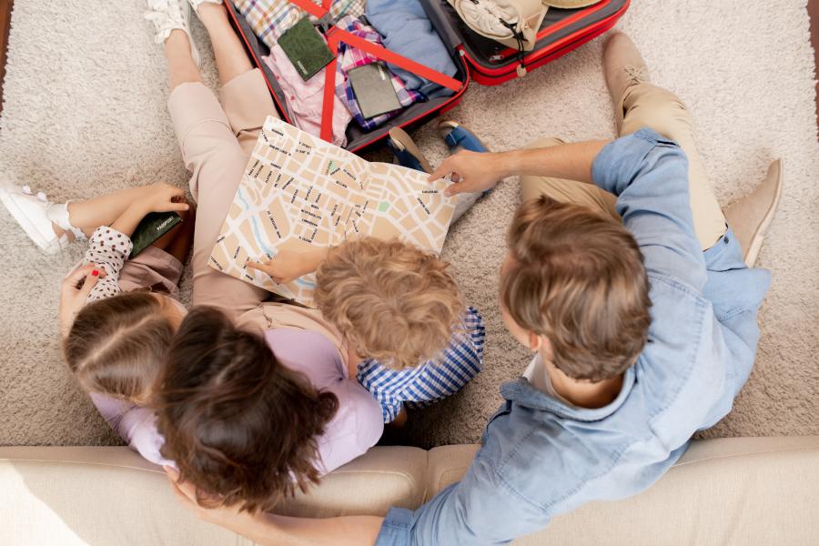 samodzielne zabawy dla dzieci- rysowanie po mapie