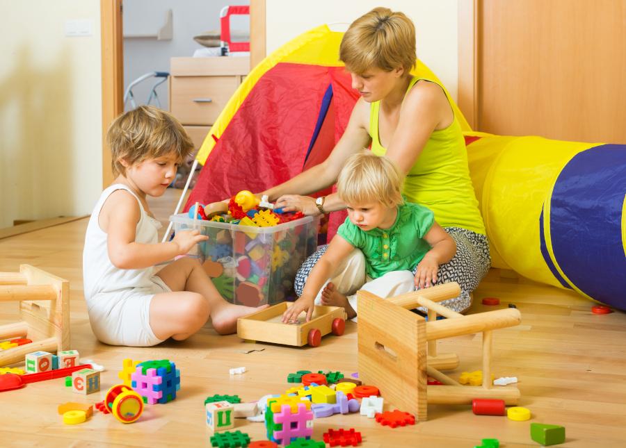 dzieci bawią siez mamą