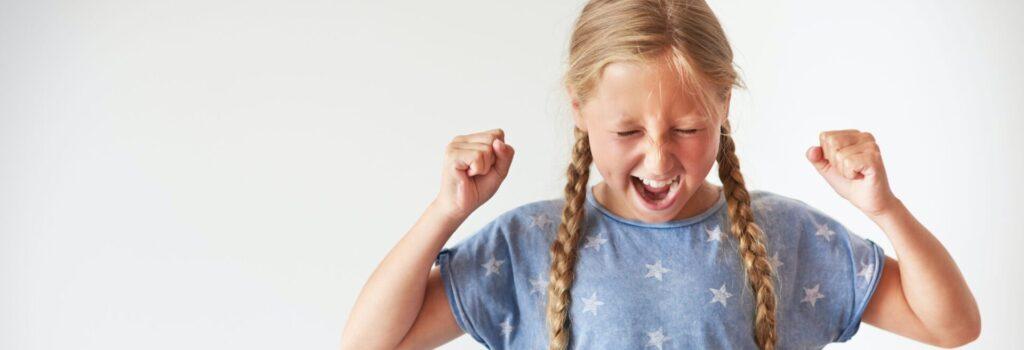 dziewczynka jest zła i krzyczy